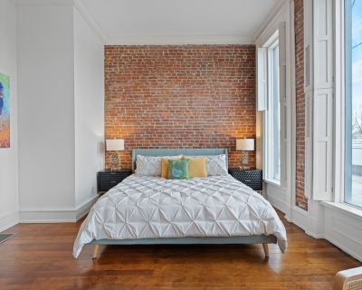The Old Fashioned - Romantic 1BR Suite with Soaker Tub // Stay NULU Marketplace - East Market District