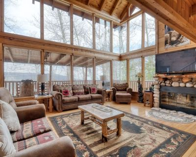 Expansive cabin with stellar views, hot tub, fireplace and seasonal pool access - Pigeon Forge
