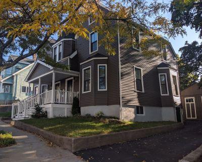Modern Duplex Home close to Boston. Free parking, Yard, Super Nice! - Everett