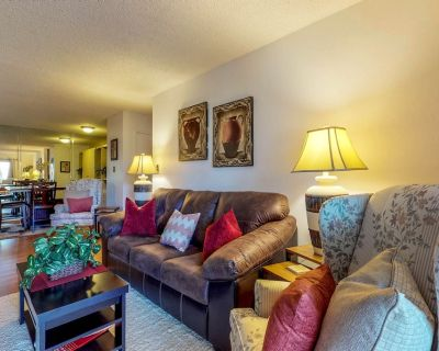 Bright condo w/shared pool, hot tub, gym, easy access to valley - Camelback East