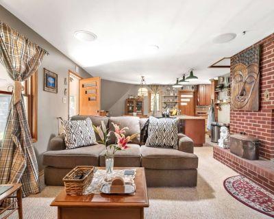 Grandma's Cozy Cabin on Fall River w/ hot tub, fireplace, idyllic CO mountains, & serene river! - Idaho Springs
