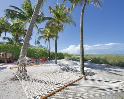 Aloha Resort is beautifully updated home with private beach area - Mid Island