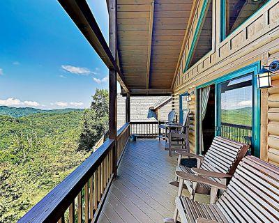 Scenic Wolf Resort Cabin w/ Private Hot Tub & Sauna, Near Mid-Mountain Lifts - Wolf Laurel