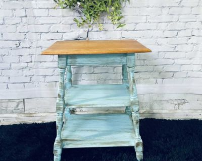 """GORGEOUS Side table-21""""x26""""x16""""-refinished in turquoise/Wood-60$ Laval chomedey"""