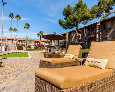 Traveling professionals welcome! Free WiFi! Work from a home that feels like home! Suite 124 - Scottsdale