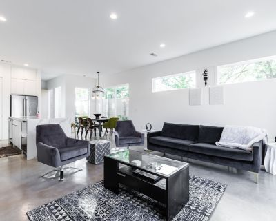 Spacious Brand New Connected Double Townhomes - Six Bedroom Villa, Sleeps 16 - Old East Dallas