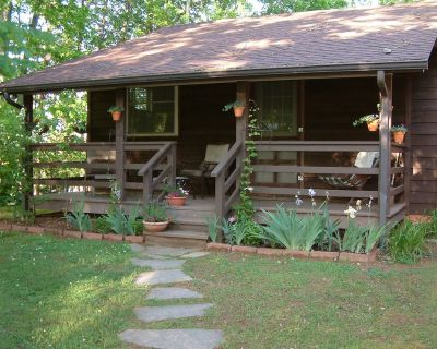 Private Entrance, Top O' The Knob Chalet Suite, Romantic Getaway, Deck with View - Asheville