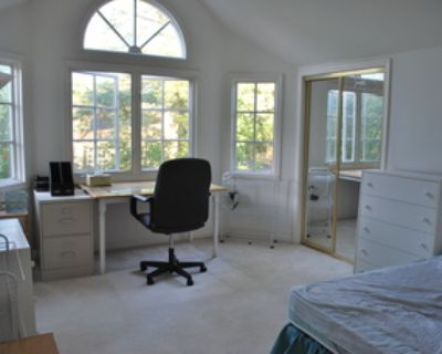 Private room with shared bath, walking distance to Stanford