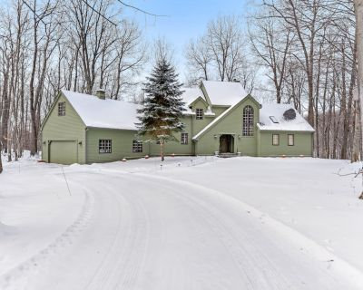 Wooded hilltop home with wraparound deck, full kitchen- access to clubhouse! - Birchwood Farms