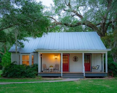 Lake Side Cottage, Two Bed Rooms, Laundry Room, with Outdoor Kitchen - Breaux Bridge