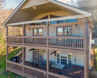Gone Fishing Lake Lodge: Lakefront, Game Room, Hot Tub, Boat Ramp, Floating Swimming Dock, and Fire Pit! - Sevierville
