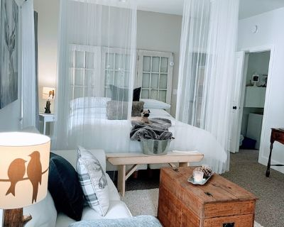 Amara Luxury Bed and Breakfast -Private Hot Tub And Garden - North Saanich
