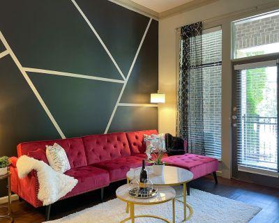 Luxury Condo w/pool + free parking + WiFi sleeps 4 - North Brookhaven