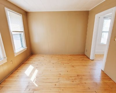 Lovely 3BD Rear Cottage with Beautiful Hardwood Floors!