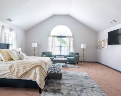 Centrally Located Lux Home - 2 King & 6 Queen Beds - Cliftondale