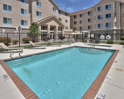 Great Vacation Escape! Comfy Unit for 6! Parking and Pool! - Albuquerque