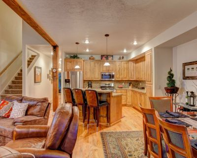 Beautiful townhome in quiet neighborhood on shuttle! 7 minutes to PCMR, Hot Tub! - Park City