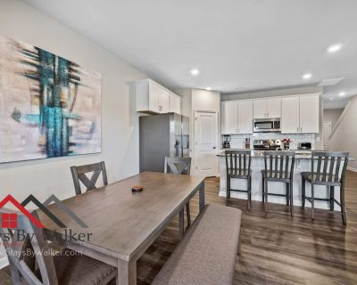 Modern 2B/2.5B TownHome w/ Office King Beds Gym + Pool Fenced Yard (1914 S - Concord