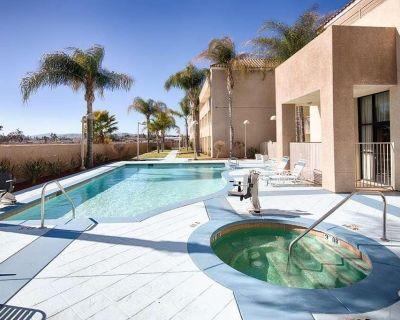 Ultimate Getaway in Red Lion Inn & Suites Perris! Pool, Breakfast - Eastside