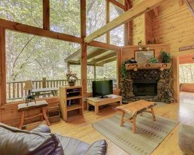 Wheelchair accessible cabin with fireplace, hot tub, pool table, and game room - Pigeon Forge