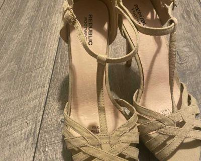 Republic Footwear Vera Pelle Beige Seude Strap Heels Elegant Size 8.5
