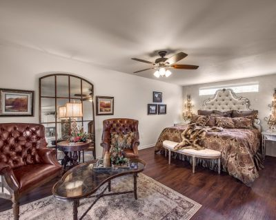 Luxury Marquee Suite- hot tub and outdoor fireplace,center of downtown! - Fredericksburg
