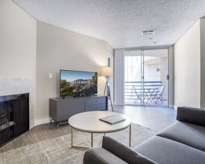 Comfy Hollywood 2BR w/ Rooftop, Pool, walk to Metro, by Blueground - Little Armenia