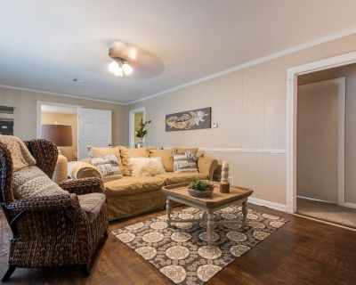 The KYLE GeTaWaY!! Add l Cottage in back, if available, that sleeps 4 More! - College Hills Estates
