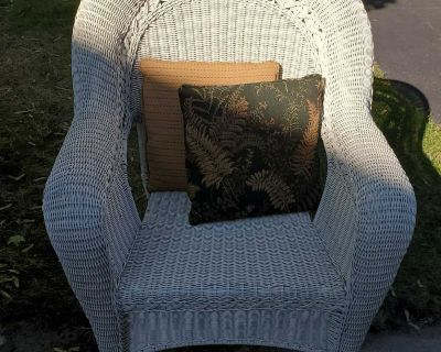 Large Wicker Chair & 2 Pillows
