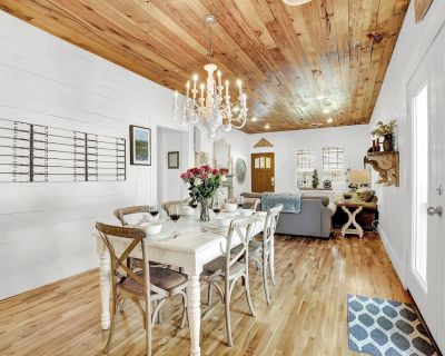 Luxury Home-Steps to Main-Hottub-Firepits-Gazebo-Sleeps18! - Fredericksburg