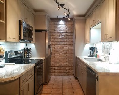 Luxury Condo - Walking distance to Old Town - 1st Floor - Quiet Complex - South Scottsdale