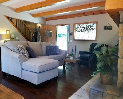 A great cabin in Lake Arrowhead with a large deck and peaceful tree views! - Cedar Glen