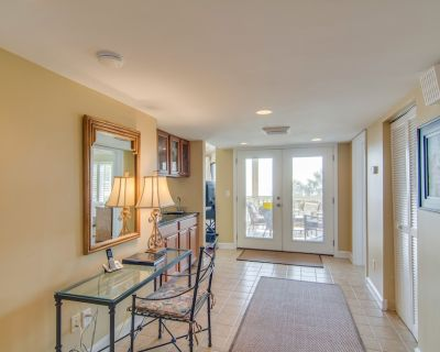 Professionally-decorated villa w/beautiful ocean views and shared pool & grill - Isle of Palms
