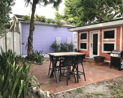 Cute Cottage with delightful private courtyard close to Pier and Beach - Fort Myers Beach
