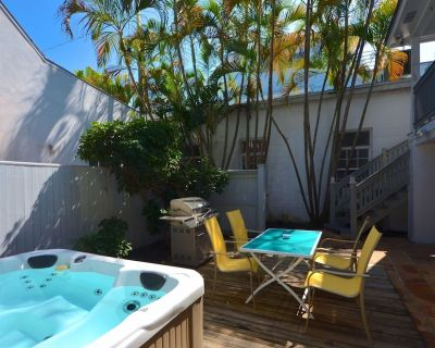 Dog-friendly home w/ patio and private hot tub - walk to the beach! - Uptown - Upper Duval