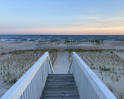 Charming Beachfront Cottage Awaits You! Direct access to beach off deck/walkway. - Long Beach