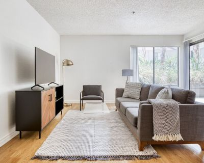 Deluxe Glendale 1BR w/ BBQ, Pool, Gym, walkable location, by Blueground - Verdugo Viejo