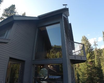 Low Dog Lookout Treehouse - Big Sky