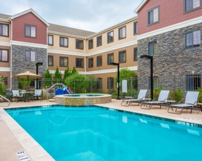 Free Breakfast. Outdoor Pool & Hot Tub. Quick Drive to Centerpoint Medical Center! Your Next Trip! - Independence