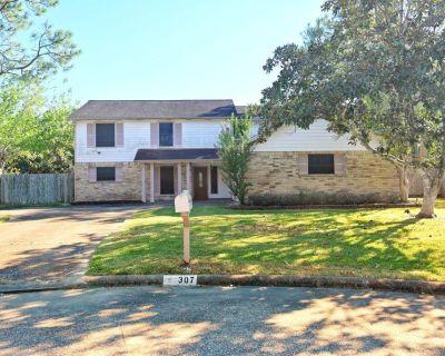 307 Elmwood Circle, Friendswood, TX 77546
