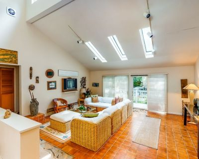 Two-story, family-friendly house w/gas grill, pool & Ping-Pong tables, two decks - Sag Harbor