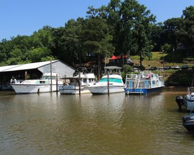 A Cozy And Classic Hatteras 43' Yacht In One Of The Best James River Locations - Henrico County