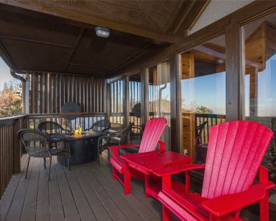 Spring Break Close to Parkway, Dollywood - 2 BR Cabin with Amazing View - Pigeon Forge