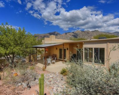 Dog-friendly home w/ shared pool, outdoor space - close to golf, hiking! - Viewpointe