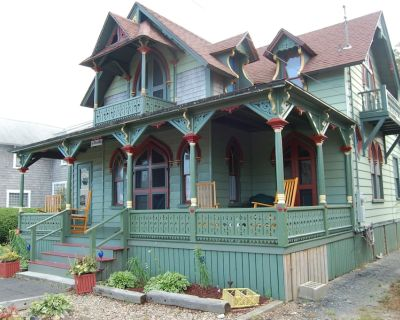 Large, Charming Vintage Cape Cod Cottage, 2 Blocks to Town and Beaches! - Oak Bluffs