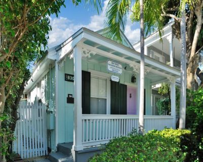 Charming Cottage w/ Private hot tub - 1 Block From Duval, Dogs OK! - Downtown Key West