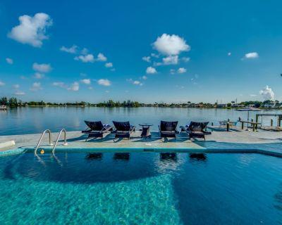 AMAZING WATER VIEWS-5 BR Sleeps 14- Hot Tubs-Shuffleboards-Kayaks-Paddle Board - Cape Coral