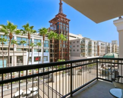Spacious Corner suite with hardwood floors & private balcony @Americana! - Downtown Glendale