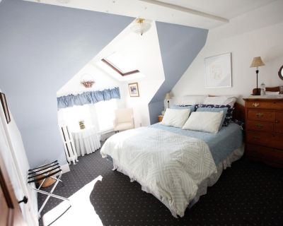 A Village Bed and Breakfast - Queen Suite - Newtonville