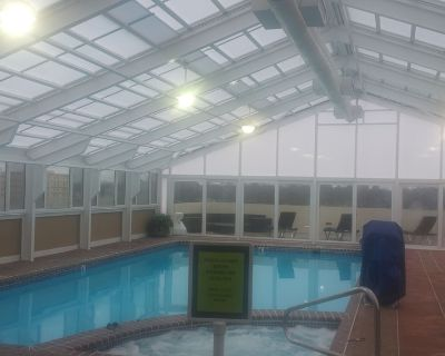 Oceanfront with Jetted Tub and balcony. Free bike use & VA Zoo admission - Northeast Virginia Beach